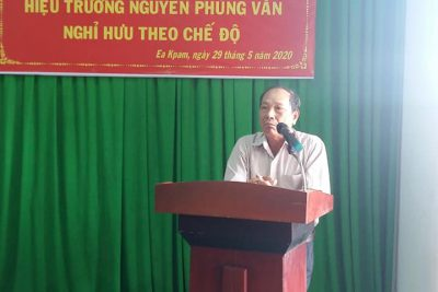 Gặp mặt chia tay thầy Nguyễn Phùng Văn về nghỉ hưu. Thay mặt tập thể nhà trương kính chúc thầy vui vẻ,  vạn sự  thành công.